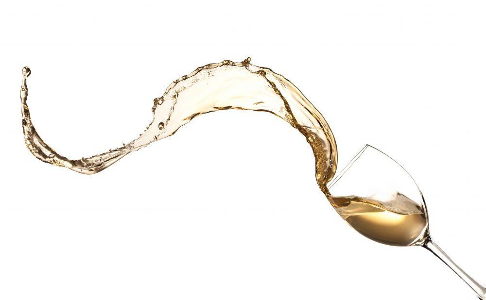 witte wijn uit glas